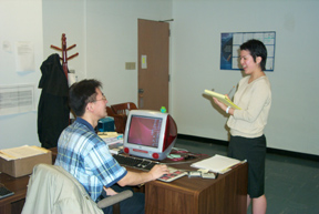 Chi-sǒn and Il-song-ssi talking in the office.