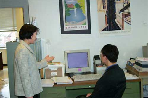 Il-song-ssi and Chi-sǒn talking at a computer.